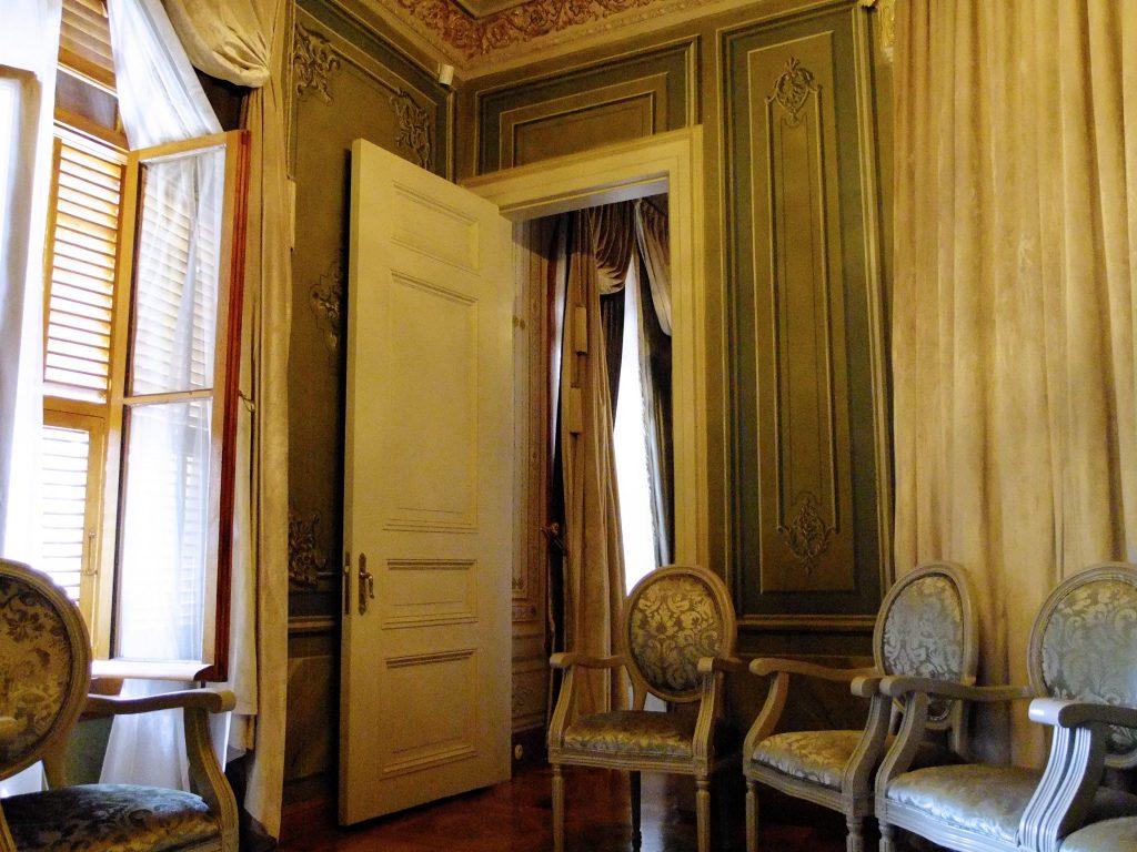 Hünkâr dairesi. Kapıdan Abdülhamid Han'ın itikaf odasına geçiyoruz.