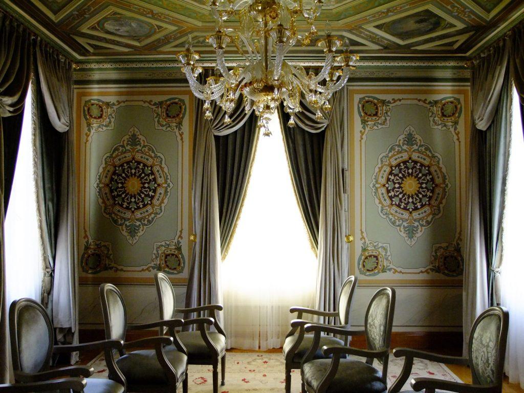 Alt katta bulunan bir oda.