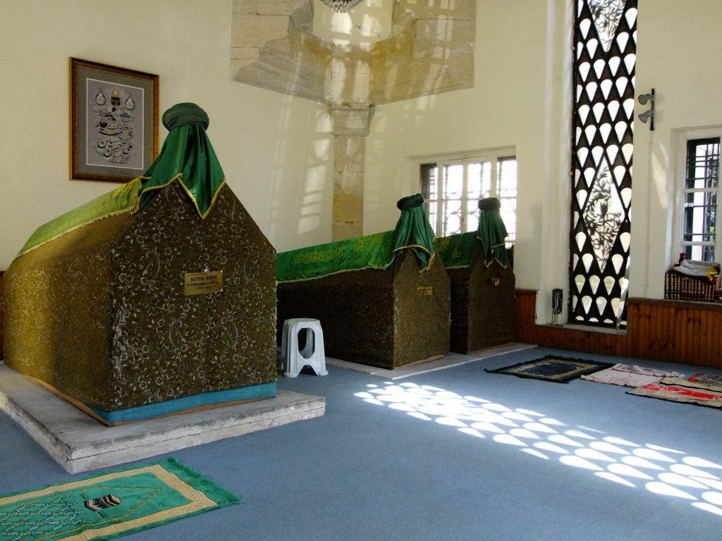 Türbeden. Şeyh Hamza Zafir Efendi ve kardeşlerinin sandukaları. (Rahmetullahi aleyhim ecmain)