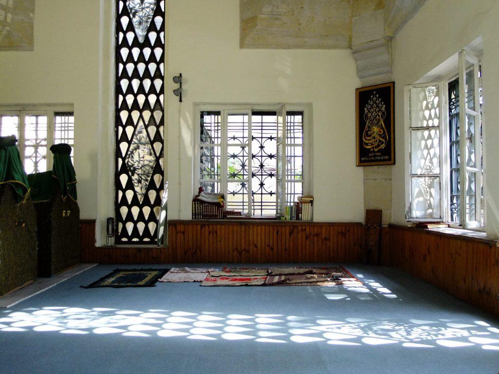 Işıklı türbeden. Namaz kılmak, Kur'an-ı Kerim okumak için pek geniş ve ferah bir mekan.