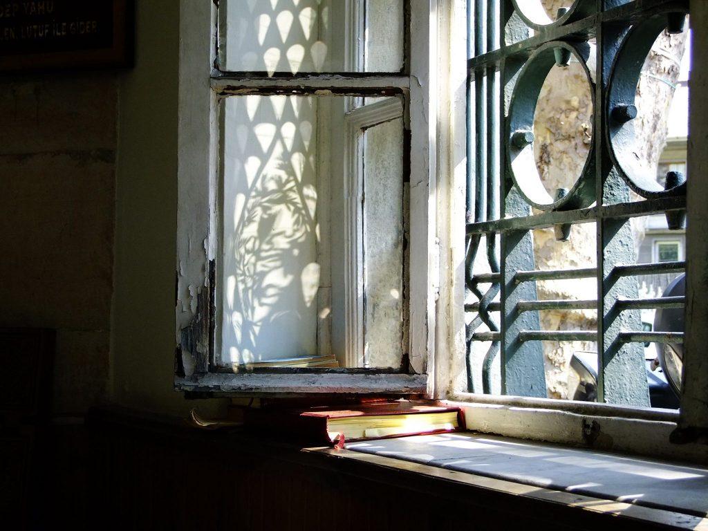 Türbeden. Camların kenarına konmuş olan kitaplardan istifade edebilirsiniz.