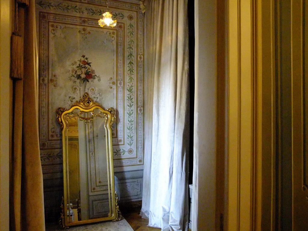 Abdülhamid Han'ın itikaf odası. Ayna sonradan buraya konmuş. Pırlantadan Kubbeler #3 : Ertuğrul Tekke Camii - 18 1024x768 - Pırlantadan Kubbeler #3 : Ertuğrul Tekke Camii